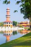 Πύργος Gazebo και παλάτι της Κίνας στο κτύπημα PA κατά την κάθετη άποψη Α πάρκων Στοκ Εικόνες