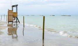 Πύργος Lifeguard σε μια αμμώδη παραλία Στοκ Εικόνα