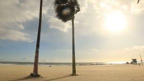 Πύργος Lifeguard στην έρημη παραλία της Βενετίας, Καλιφόρνια απόθεμα βίντεο