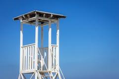 Πύργος Lifeguard στο υπόβαθρο ουρανού στοκ φωτογραφία