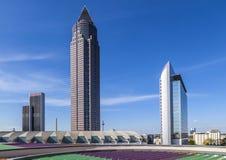 Πύργος Messeturm εμπορικών εκθέσεων και το ξενοδοχείο Marriott δίπλα σε Frankf στοκ φωτογραφίες με δικαίωμα ελεύθερης χρήσης