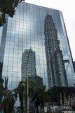 Πύργος Petronas που απεικονίζει στα παράθυρα γυαλιού Στοκ Φωτογραφία