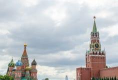 Πύργος Spasskaya και καθεδρικός ναός του βασιλικού Αγίου Στοκ εικόνα με δικαίωμα ελεύθερης χρήσης