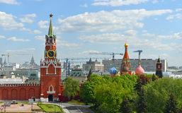 Πύργος Spasskaya του Κρεμλίνου στο κλίμα του πανοράματος της Μόσχας Στοκ Φωτογραφίες