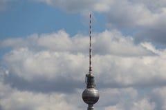 Πύργος TV Βερολίνο Γερμανία, ουρανός, σύννεφα και πύργος TV του Βερολίνου Στοκ Φωτογραφία