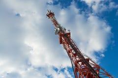 Πύργος TV ενάντια στο νεφελώδες υπόβαθρο ουρανού Στοκ Εικόνα
