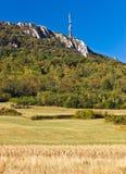 Πύργος TV επάνω από τους όμορφους απότομους βράχους, ο πιό forrest & τους τομείς Στοκ Φωτογραφία