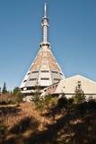 Πύργος TV στο λόφο hora Cerna στα βουνά Krkonose Στοκ Φωτογραφίες