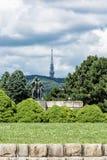 Πύργος TV Kamzik από το αναμνηστικό μνημείο Slavin, Μπρατισλάβα, Slova Στοκ Φωτογραφία