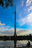 Πύργος TV Ostankino ενάντια στο μπλε ουρανό και τον ψαρά που πιάνουν τα ψάρια στη λίμνη πλησίον, Μόσχα, Ρωσία Στοκ Εικόνες
