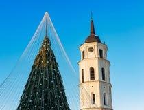 Πύργος Vilnius κουδουνιών χριστουγεννιάτικων δέντρων και καθεδρικών ναών στην εμφάνιση της Λιθουανίας Στοκ Εικόνες