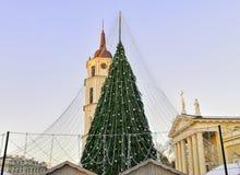 Πύργος Vilnius κουδουνιών χριστουγεννιάτικων δέντρων και καθεδρικών ναών πριν από τα Χριστούγεννα Στοκ φωτογραφίες με δικαίωμα ελεύθερης χρήσης