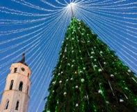 Πύργος Vilnius κουδουνιών χριστουγεννιάτικων δέντρων και καθεδρικών ναών στο βράδυ εμφάνισης Στοκ Εικόνα