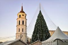 Πύργος Vilnius Λιθουανία κουδουνιών χριστουγεννιάτικων δέντρων και καθεδρικών ναών πριν από τα Χριστούγεννα Στοκ Εικόνα
