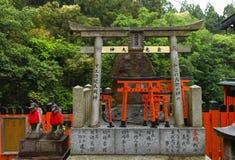 Πύλες Torii στη λάρνακα Fushimi inari-Taish Στοκ Φωτογραφία