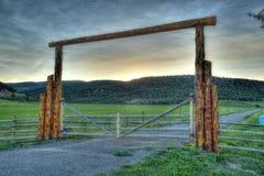 Πύλη αγροκτημάτων στα δύσκολα βουνά Στοκ φωτογραφία με δικαίωμα ελεύθερης χρήσης