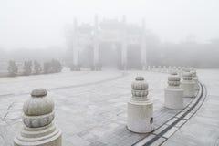 Πύλη βουνών στο Po Lin μοναστήρι Στοκ εικόνα με δικαίωμα ελεύθερης χρήσης