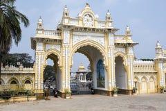 Πύλη εισόδων του παλατιού του μαχαραγιά στο Mysore - Karnataka - την Ινδία Στοκ εικόνα με δικαίωμα ελεύθερης χρήσης