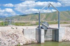 Πύλη ελέγχου πλημμυρών αναχωμάτων άρδευσης στο καταφύγιο άγριας πανίδας ποταμών κοιλάδων αρκούδων, Αϊντάχο.  Οριζόντιος.  Επίσης γ Στοκ Φωτογραφίες