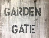 Πύλη κήπων λέξεων στο ξύλινο υπόβαθρο Στοκ Εικόνες