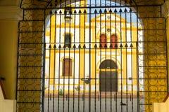 Πύλη και εκκλησία σε Mompox Στοκ φωτογραφία με δικαίωμα ελεύθερης χρήσης