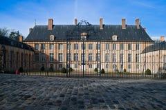 Πύλη μπροστά από το γαλλικό κάστρο Στοκ εικόνα με δικαίωμα ελεύθερης χρήσης
