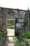 Πύλη που οδηγεί από τον περιτοιχισμένο κήπο στο φέουδο Snowshill Στοκ Φωτογραφία