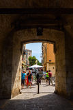 Πύλη πόλεων στον ιστορικό τοίχο πόλεων στο Αντίμπες, Γαλλία Στοκ Φωτογραφίες