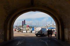 Πύλη πόλεων στον ιστορικό τοίχο πόλεων στο Αντίμπες, Γαλλία Στοκ Φωτογραφία
