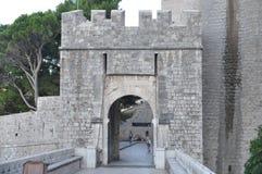 Πύλη πόλεων σωρών στην παλαιά κωμόπολη Dubrovnik Στοκ φωτογραφίες με δικαίωμα ελεύθερης χρήσης
