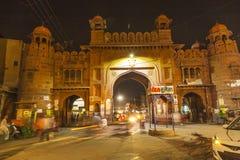 Πύλη πόλεων τή νύχτα στην παλαιά κωμόπολη Bikaner στο Rajasthan, Ινδία Στοκ φωτογραφίες με δικαίωμα ελεύθερης χρήσης