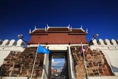 Πύλη πόλεων Chumpol ενάντια στο μπλε ουρανό σε Korat Στοκ εικόνα με δικαίωμα ελεύθερης χρήσης
