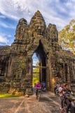 Πύλη σε Angkor Thom που ευθυγραμμίζεται από τη σειρά των γιγαντιαίων δαιμόνων αριθμών, Angkor, Καμπότζη Στοκ Φωτογραφίες