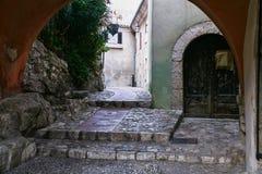 πύλη στην οδό στη μεσαιωνική πόλη Eze Στοκ Εικόνες