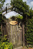 Πύλη στο εξοχικό σπίτι άποψης ακρών στην επαρχία Τσέσαϊρ κοντά στην άκρη Alderley Στοκ Εικόνες