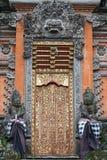 Πύλη του ναού με τις διακοσμήσεις Παράξενο δέντρο με τις γιγαντιαίες ρίζες μεταξύ της ζούγκλας Στοκ φωτογραφίες με δικαίωμα ελεύθερης χρήσης
