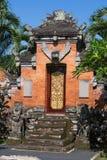 Πύλη του ναού με τις διακοσμήσεις Παράξενο δέντρο με τις γιγαντιαίες ρίζες μεταξύ της ζούγκλας Στοκ Εικόνα