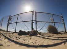 Πύλη φρακτών στη δύσκολη παραλία άμμου Στοκ Φωτογραφία