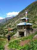 Πύλη Stupa και εισόδων σε ανώτερο Pisang, Νεπάλ Στοκ εικόνα με δικαίωμα ελεύθερης χρήσης