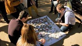Πώληση αναμνηστικών κοντά Sagrada Familia στη Βαρκελώνη Ισπανία απόθεμα βίντεο