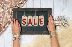 Πώληση διακοπών Θηλυκά χέρια με το κόσμημα Εξαρτήματα μόδας Στοκ φωτογραφία με δικαίωμα ελεύθερης χρήσης