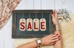 Πώληση διακοπών Θηλυκά χέρια με το κόσμημα Εξαρτήματα μόδας Στοκ Εικόνες