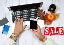 Πώληση διακοπών dof καρτών αγορές χεριών εστίασης ρηχές on-line πολύ Γυναίκα με την πιστωτική κάρτα και τη χρησιμοποίηση του φορη Στοκ φωτογραφίες με δικαίωμα ελεύθερης χρήσης