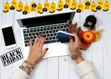 Πώληση διακοπών dof καρτών αγορές χεριών εστίασης ρηχές on-line πολύ Γυναίκα με την πιστωτική κάρτα και τη χρησιμοποίηση του φορη Στοκ Φωτογραφίες