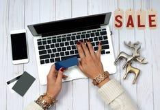 Πώληση διακοπών dof καρτών αγορές χεριών εστίασης ρηχές on-line πολύ Πιστωτική κάρτα εκμετάλλευσης γυναικών και χρησιμοποίηση του Στοκ εικόνα με δικαίωμα ελεύθερης χρήσης