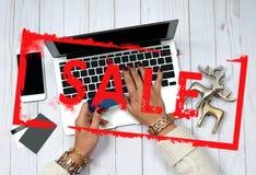 Πώληση διακοπών dof καρτών αγορές χεριών εστίασης ρηχές on-line πολύ Πιστωτική κάρτα εκμετάλλευσης γυναικών και χρησιμοποίηση του Στοκ Φωτογραφία