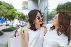 Πώληση, καταναλωτισμός και έννοια ανθρώπων - ευτυχείς νέες γυναίκες με το SH στοκ φωτογραφία