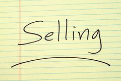 Πώληση σε ένα κίτρινο νομικό μαξιλάρι Στοκ Φωτογραφία