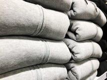 Πώληση των θερμών χειμερινών ενδυμάτων στο κατάστημα Στοκ Φωτογραφία