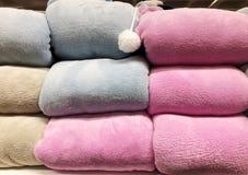 Πώληση των θερμών χειμερινών ενδυμάτων στο κατάστημα Στοκ Εικόνες